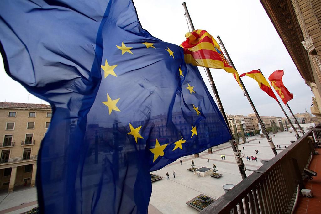 La bandera de la UE a media asta en el Ayuntamiento de Zaragoza por la defensa de los derechos humanos de los refugiados