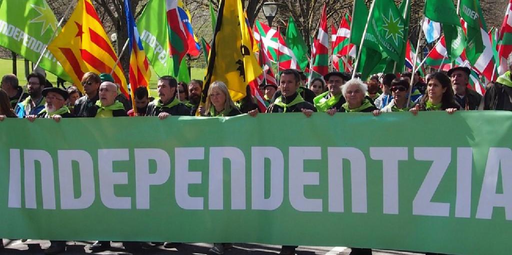 Miles de personas por la independencia en el Aberri Eguna