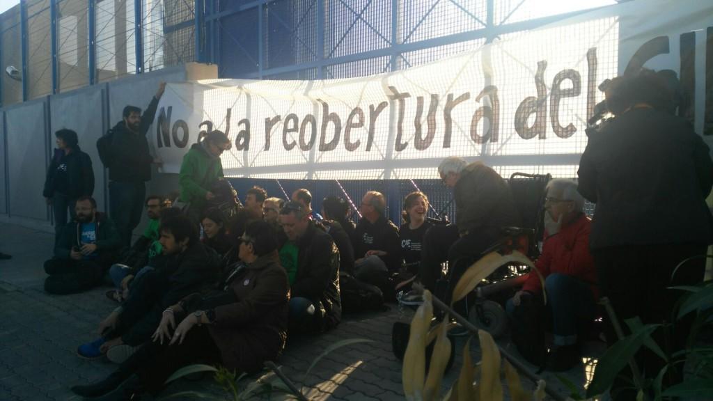 Se encadenan en la puerta del CIE de Zona Franca de Barcelona en contra de su reapertura