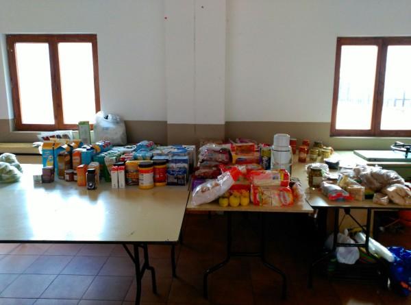 Comida subida y donada por amigos de 'Chema', en la sala habilitada por el Ayuntamiento de Broto.