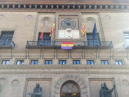 La bandera republicana luce por un día en el balcón del Ayuntamiento de Zaragoza