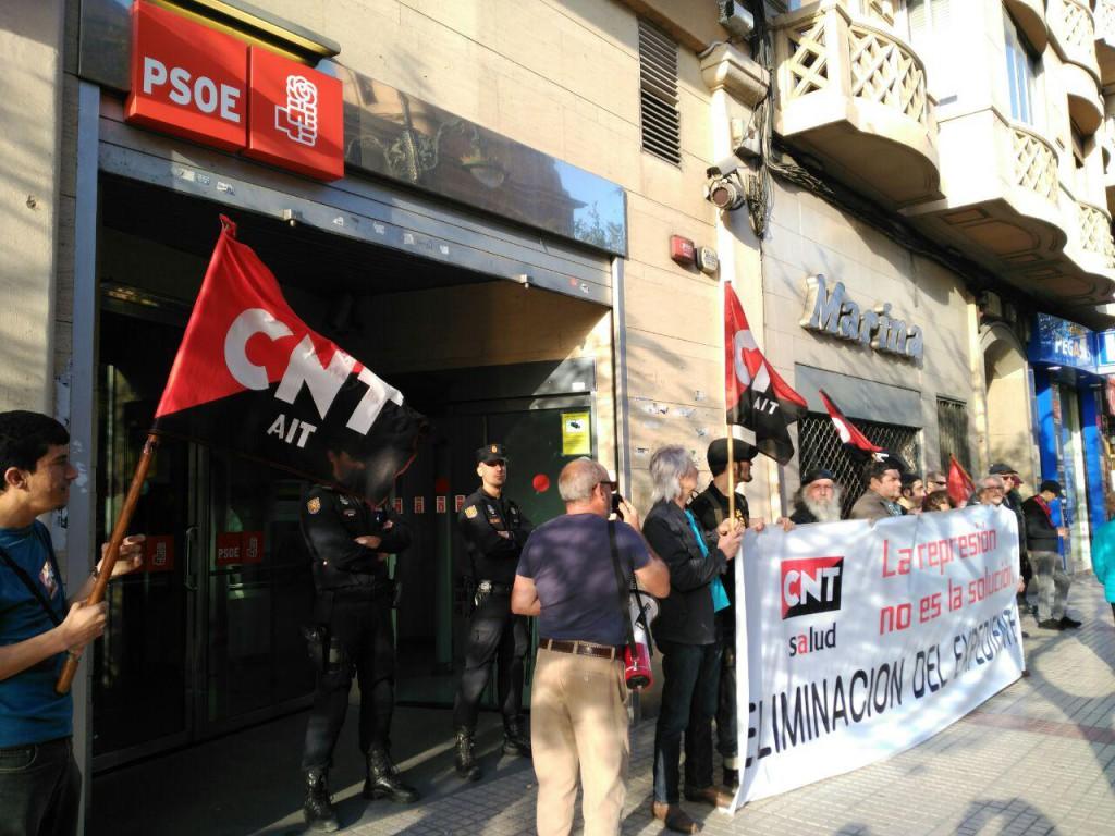 La CNT vuelve a concentrarse frente a la sede del PSOE por los incumplimientos de la DGA