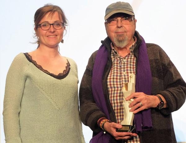 La directora del festival, Patricia Español, entrega la estatuilla a Lorenzo Soler. Foto: Espiello