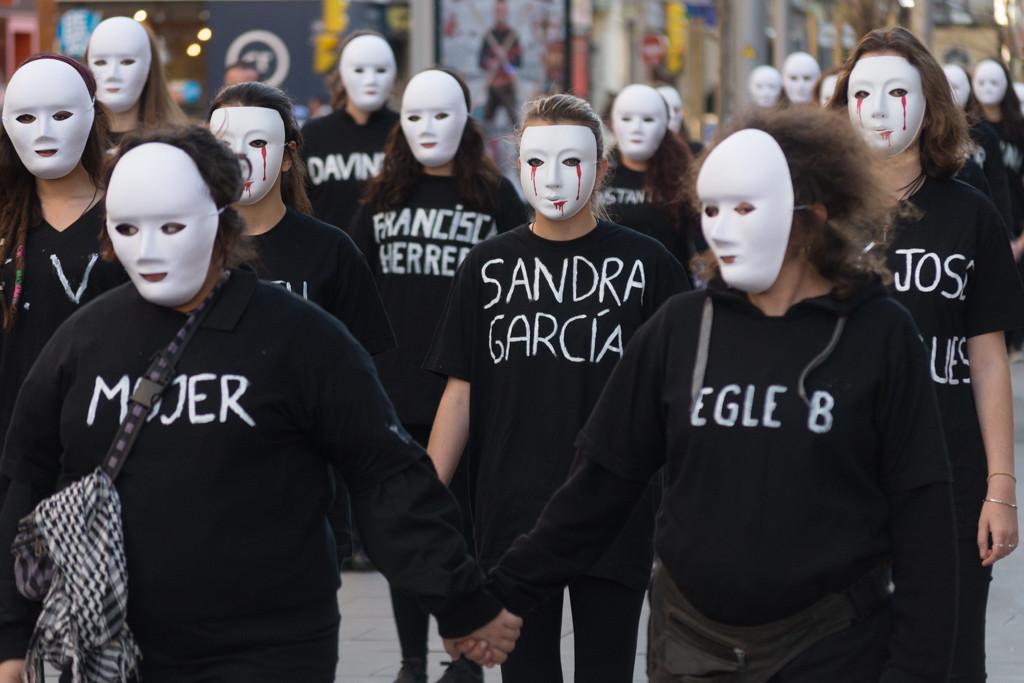 De negro y en silencio para protestar por los 110 asesinatos machistas
