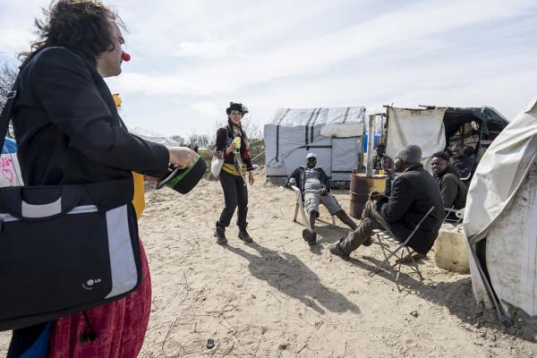 Oona Chaplin y Pablo Muñoz en el campo de refugiados de Calais. Foto: Carlos Cazurro (Pallasos en Rebeldía) (CC)