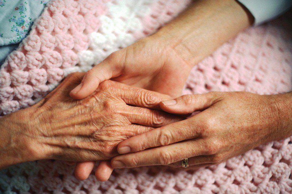 IU reclama mejorar la calidad de la atención a las personas mayores en las residencias y las condiciones laborales del sector de la Dependencia
