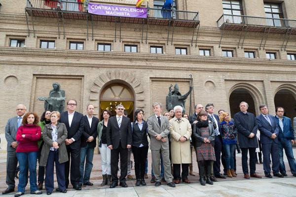 Minuto de silencio en el Ayuntamiento de Zaragoza. Foto: Miguel Gracia García