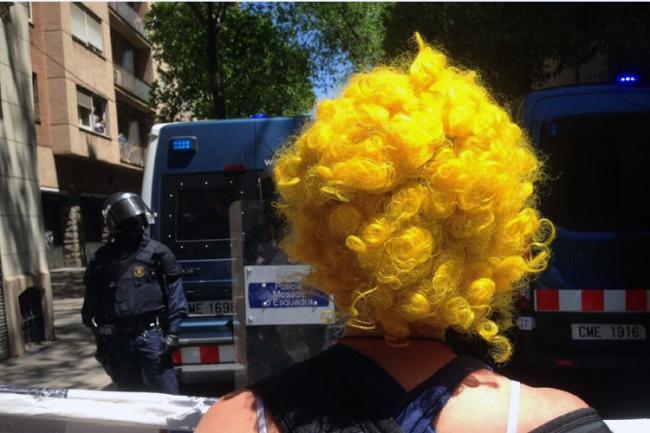 Centenars de manifestants intenten recuperar un Banc Expropiat protegit pels mossos d'esquadra