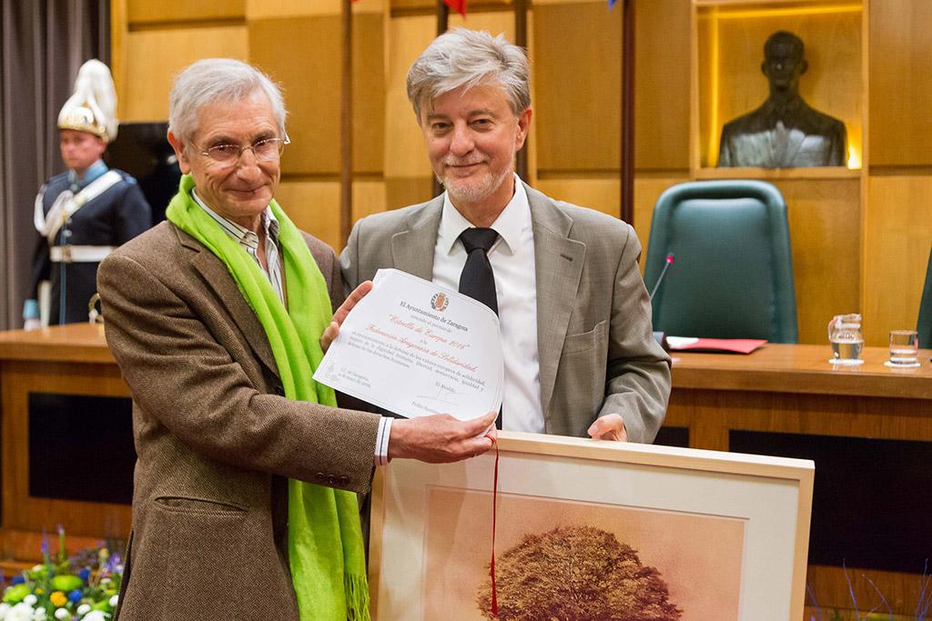 Ricardo Álvarez, presidente de la FAS, recoge el galardón de la mano del Alcalde de Zaragoza, Pedro Santisteve. Foto: Miguel Gracia García