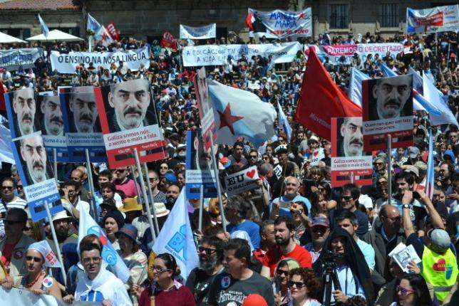 Miles de personas toman Compostela en defensa del galego