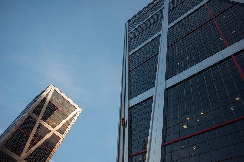 Escaladores de Greenpeace suben a una de las Torres Kio de Madrid para decir no al TTIP