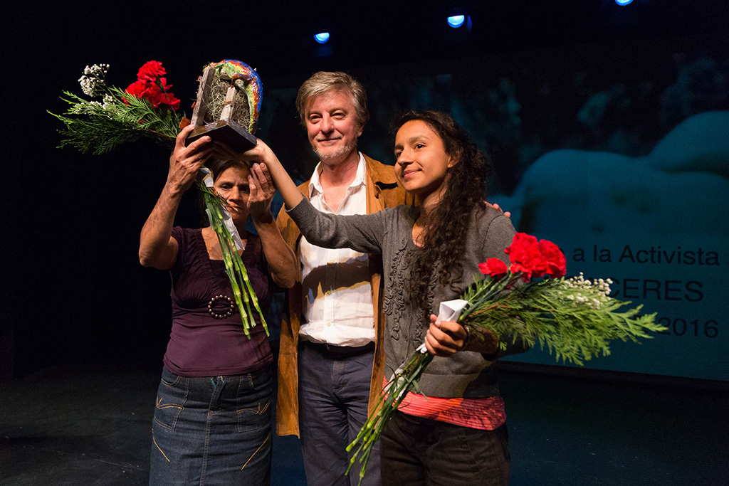 Berta Zuñiga y Rosalina Domínguez recogen el Premio EcoZine a Berta Cáceres, de la mano de Pedro Santisteve. Foto: Miguel Gracia García