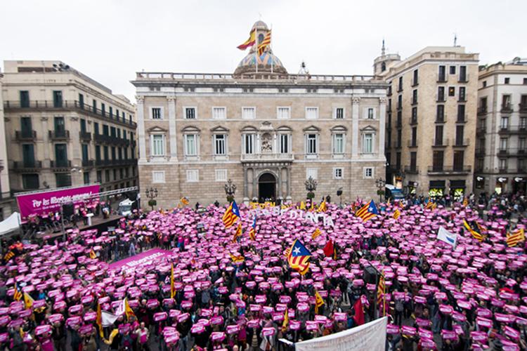 Milers de manifestants criden a la desobediència als tribunals espanyols
