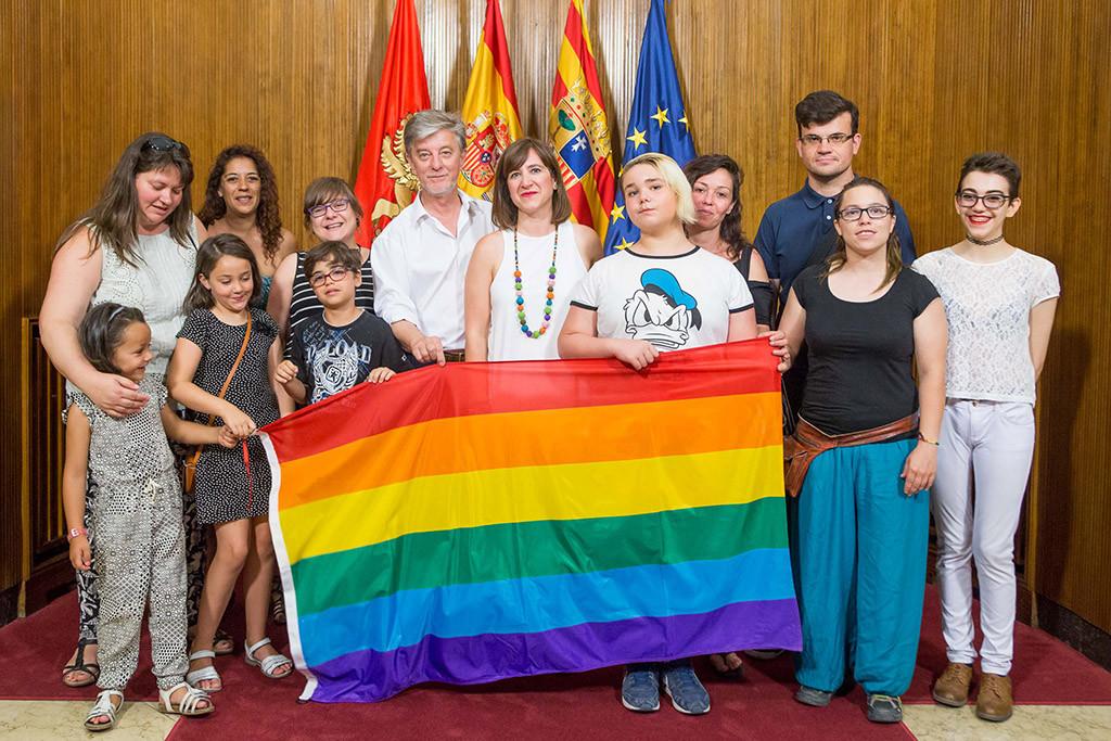 Santisteve y Broto con representantes del colectivo LGTBIQ de la capital aragonesa. Foto: Miguel Gracia García
