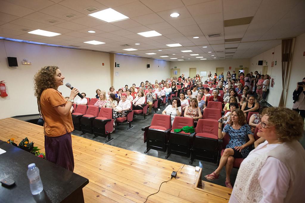 Arantza Gracia entrega los diplomas a las más de 350 personas que han participado en los cursos de la Casa de la Mujer