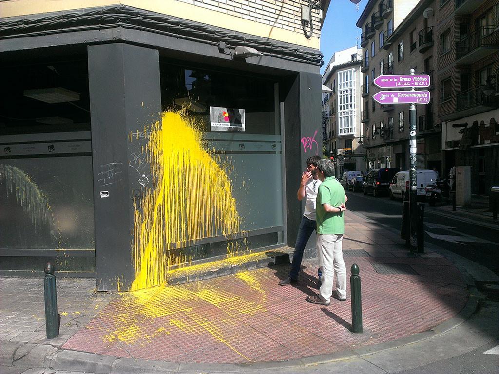 Atacan con pintura las sedes de IU Aragón, CCOO y UGT en Zaragoza