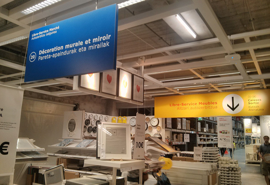 'Esfendemos as luengas' llama la atención a las empresas de distribución para utilizar el aragonés y catalán en los comercios