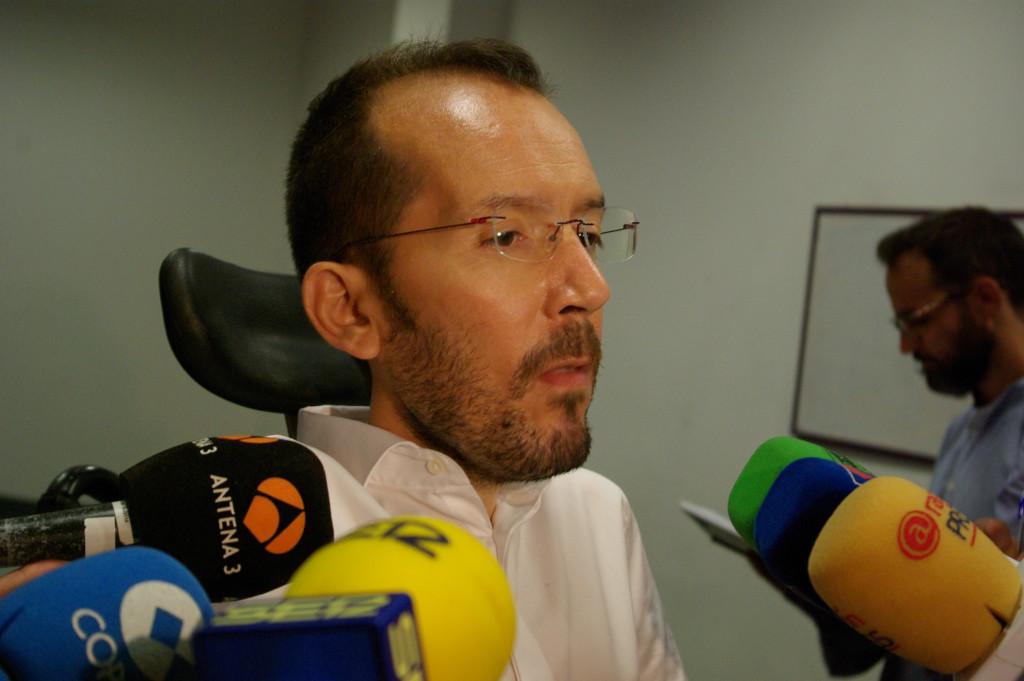 Pablo Echenique compareciendo ante los medios. Foto: Miguel Ángel Conejos (AraInfo)