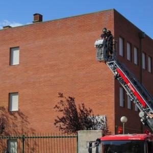 Los bomberos retiran la pancarta. Foto: Plataforma Andalán en Defensa de la Escuela Pública