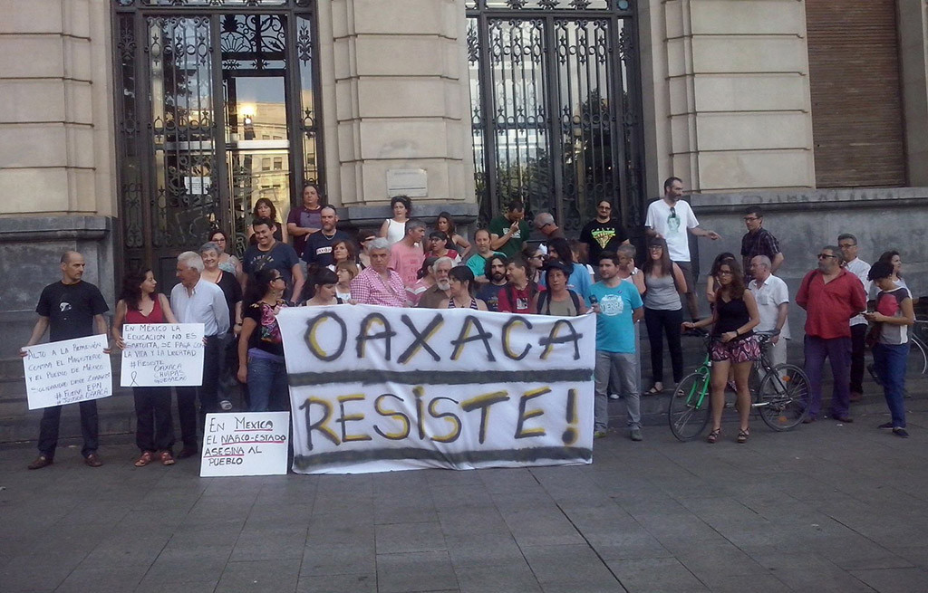 Un centenar de personas se concentra en Zaragoza en repulsa por la matanza de maestros en México