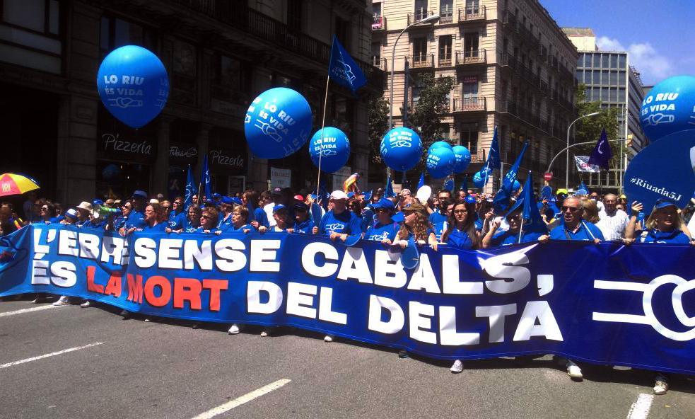 Miles de personas reclaman la paralización del Plan Hidrológico del Ebro en Barcelona