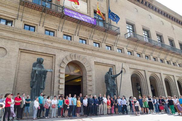 La Corporación municipal ha guardado un minuto de silencio en memoria de Alexandra. Foto: Miguel Gracia García
