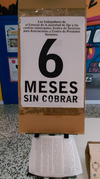 Cartel y octavillas denunciando la situación de las y los trabajadores del Centro de Préstamo. Foto: Sergio Gracia Solanas (AraInfo)