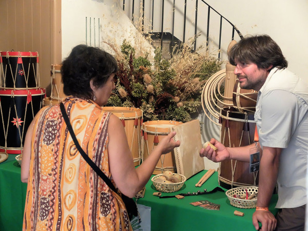 Un luthier atiende a una cliente. Foto: Pirenostrum