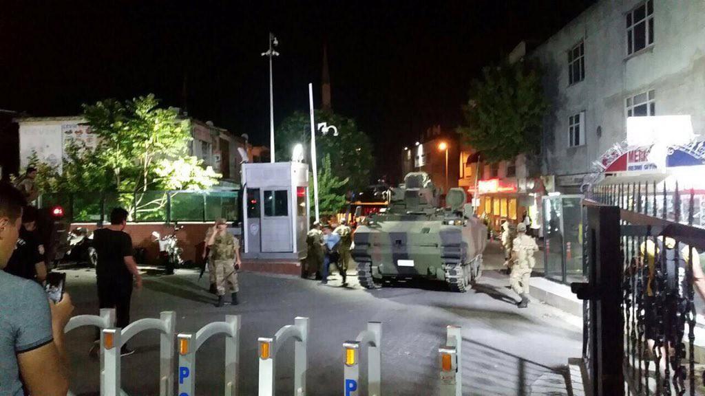 El Ejército turco afirma que ha tomado el control de todo el país y acusa a Erdogan de traidor