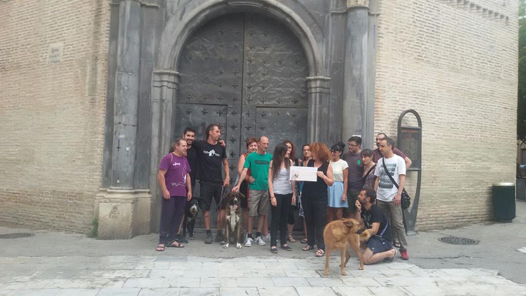 Representantes de la SCM y del Grupo de Ayuda al Refugiado en el acto de entrega del cheque este jueves.