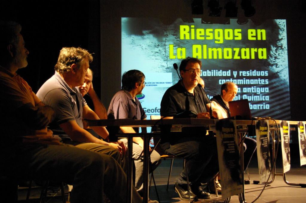 Imagen de la mesa redonda organizada por el Geoforo y las vecinales del barrio de La Almozara.