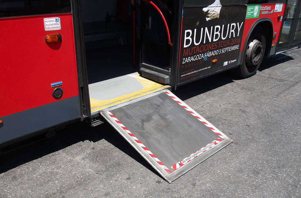 Los autobuses de Zaragoza contarán con 40 nuevas rampas para el acceso de personas en silla de ruedas