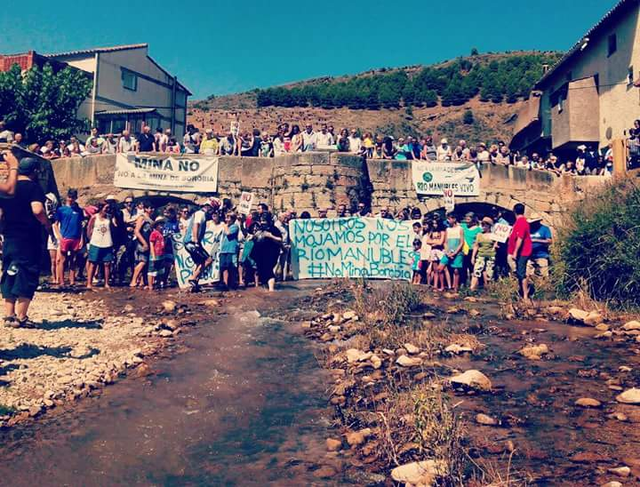 Cientos de personas se mojan por el Manubles
