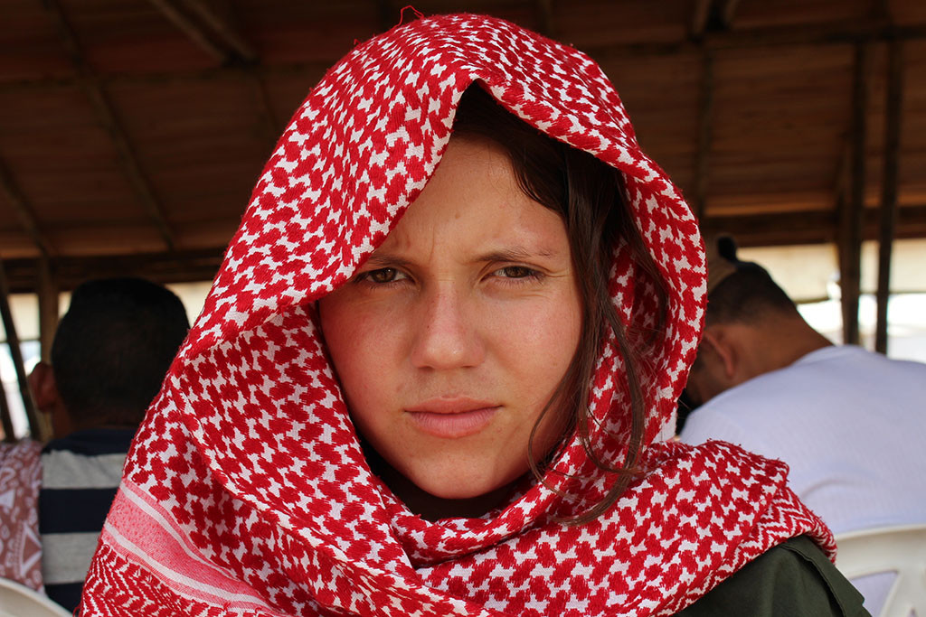 Sol se protege del calor sabanero con un palestino en un momento de la Conferencia. Foto: Sam