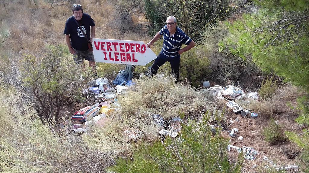 """IU """"señaliza"""" el vertedero ilegal de Vall de la Mora ante la falta de actuación del Gobierno de Aragón"""