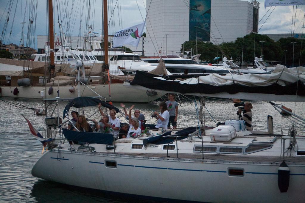 El velero Zaytouna, de la flotilla de Mujeres Rumbo a Gaza, sale de Barcelona seguido por la guardia costera