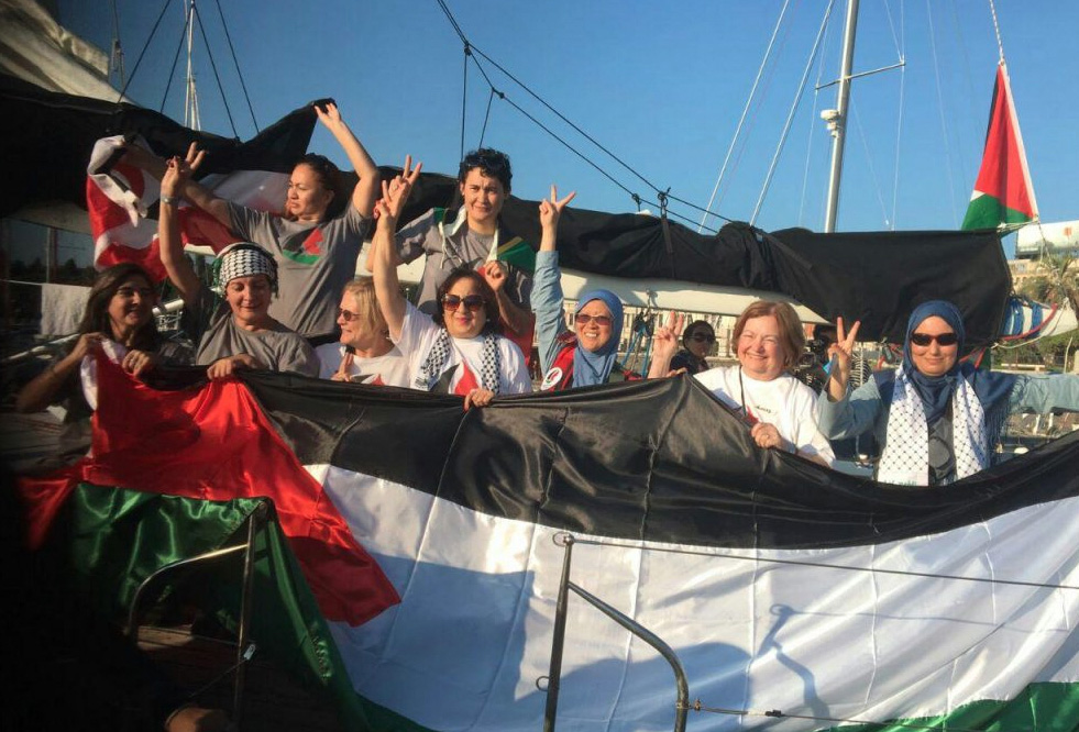 Mujeres Rumbo a Gaza en el puerto de Messina.