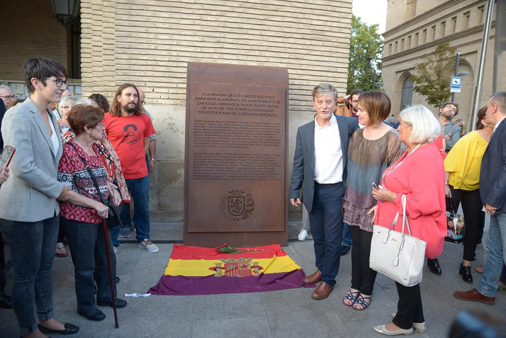 Zaragoza descubre una placa en homenaje a concejales y trabajadores municipales asesinados por el fascismo en 1936
