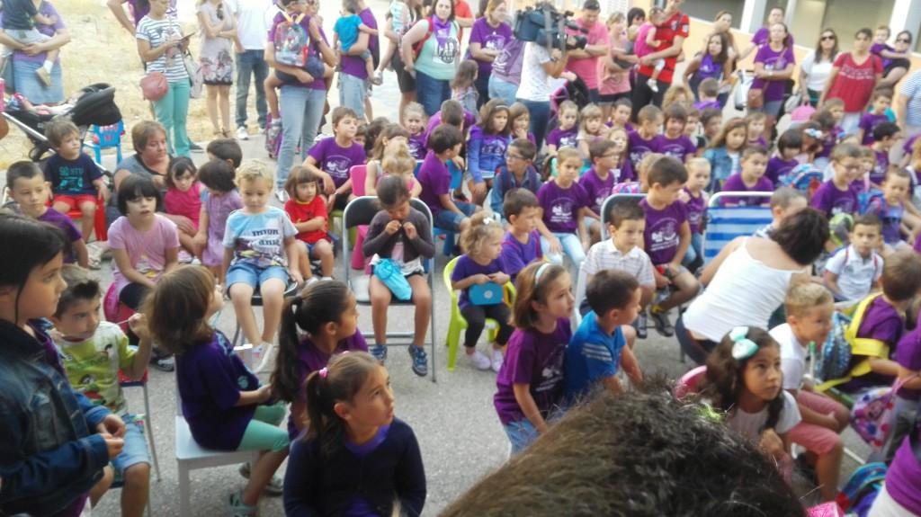 Sentada simbólica del alumnado para expresar su descontento por la falta de equipamiento en dos colegios de Valdespartera