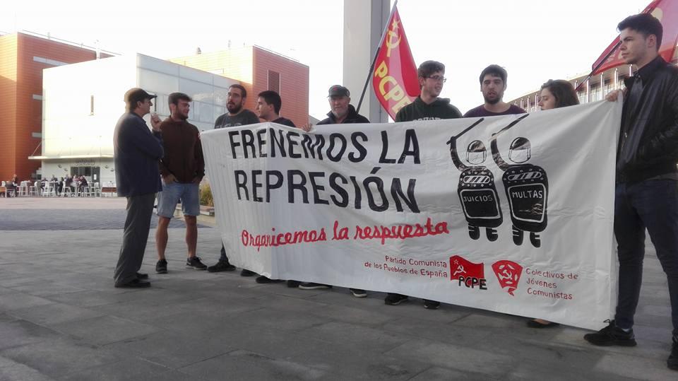 Concentración del PCPE en las puertas de la Ciudad de la Justicia de Zaragoza