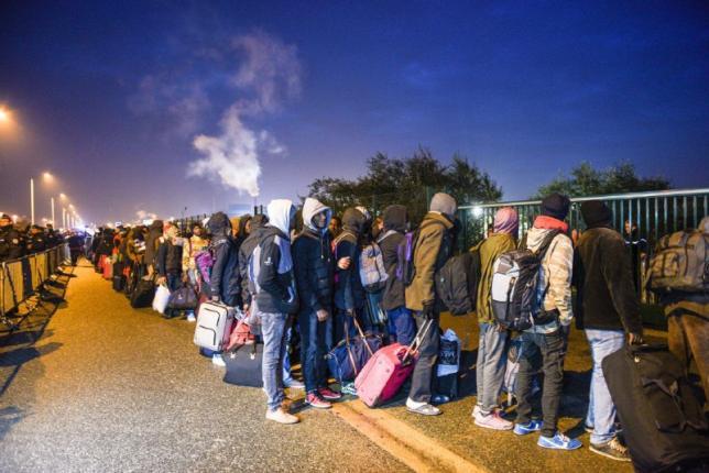 El Gobierno francés inicia la destrucción de la jungla de Calais