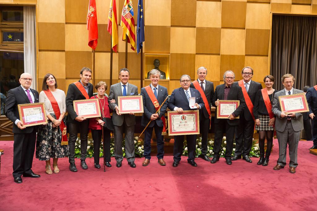 El alcalde y los concejales junto a las personas reconocidas en el acto. Foto: Pablo Ibáñez (AraInfo)