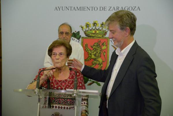 Esperanza Martínez, mujer comprometida con la defensa de las libertades civiles, y el Alcalde de Zaragoza.