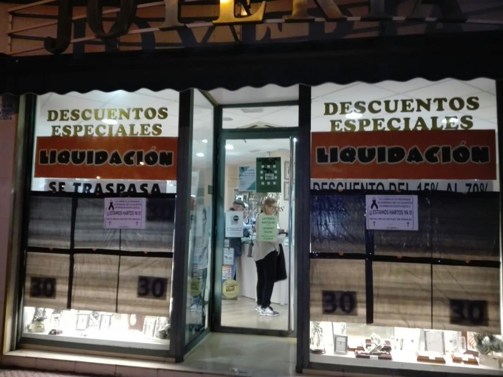 Los comercios de Las Fuentes se ponen 'de luto' en protesta por el outlet de Pikolín