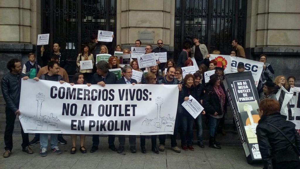 Decenas de personas dicen 'no' al outlet de Pikolín y reivindican un comercio de proximidad y unos barrios vivos en Zaragoza