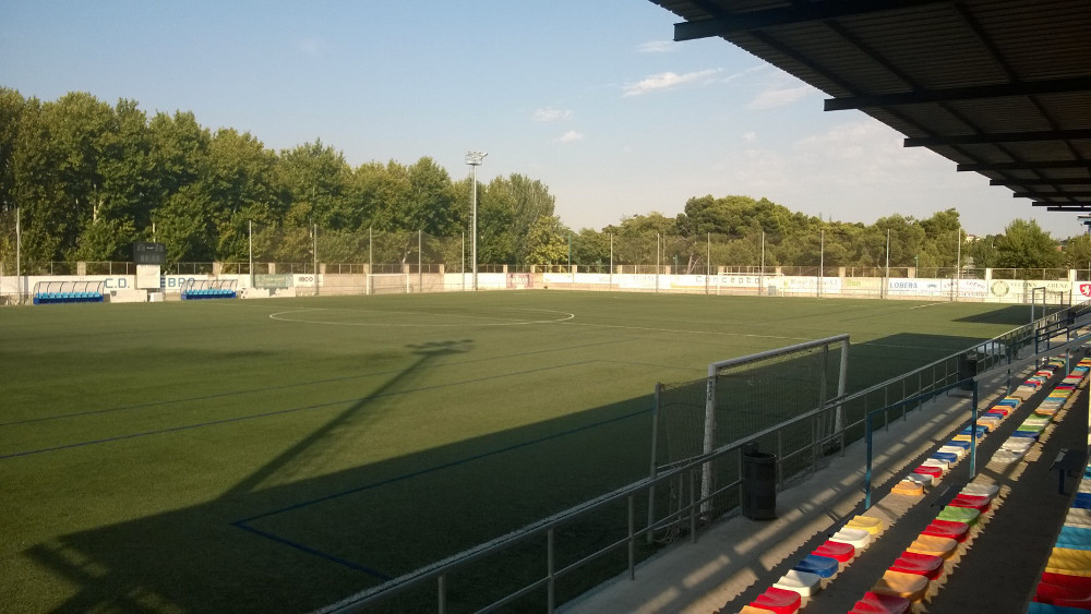 El Ayuntamiento convoca a la empresa contratista para exigir soluciones en el césped del campo de fútbol de L'Almozara