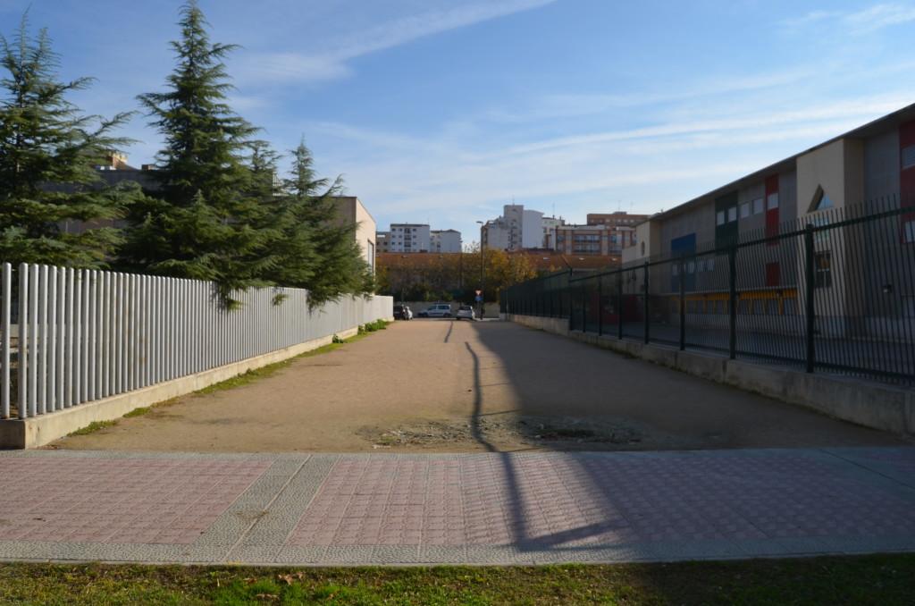Reclaman acondicionar como zona verde el pasaje entre el colegio Lucien Briet y el Centro de Día en el Rabal zaragozano