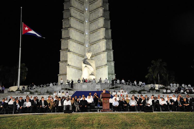 Las cenizas de Fidel Castro viajan a Santiago tras recibir un multitudinario homenaje en La Habana