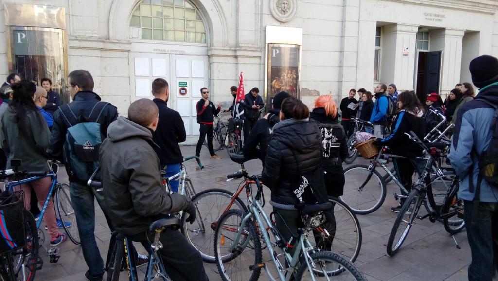 Medio centenar de ciclistas participan en la IV Bicicletada por la Memoria Histórica en Zaragoza, repasando los Años de Plomo