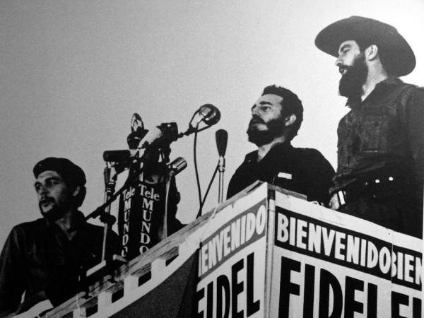 Fidel Castro junto a Ernesto Guevara 'Che' y Camilo Cienfuegos en un discurso del Consejo de Estado en La Habana.